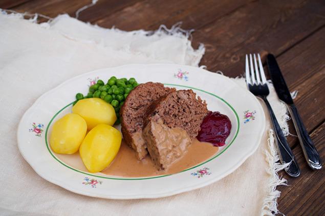 Köttfärslimpa med gräddsås, gelé och kokt potatis
